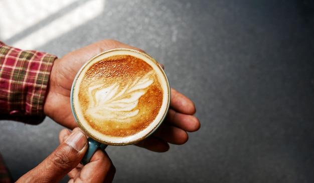 Schließen sie oben vom mannumhüllungskaffee in der kaffeestube.