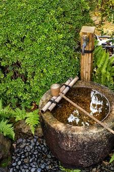Schließen sie oben vom messingschöpflöffel mit bambusstock für das säubern