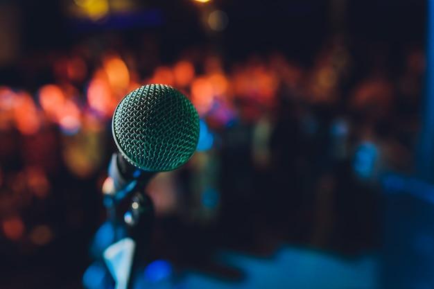 Schließen sie oben vom mikrofon im konzertsaal oder im konferenzsaal.