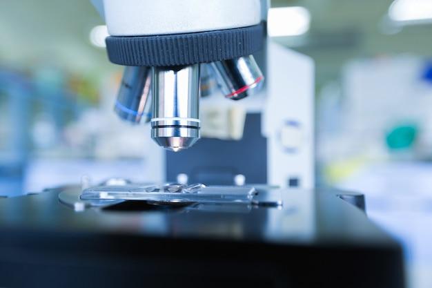 Schließen sie oben vom mikroskop am blutlabor, konzept-wissenschaft und technologie