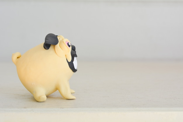 Schließen sie oben vom miniaturspielzeughund auf tabelle.