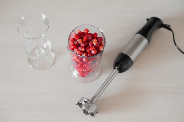 Schließen sie oben vom mischmaschinenschüttel-apparat mit früchten und beeren smoothie
