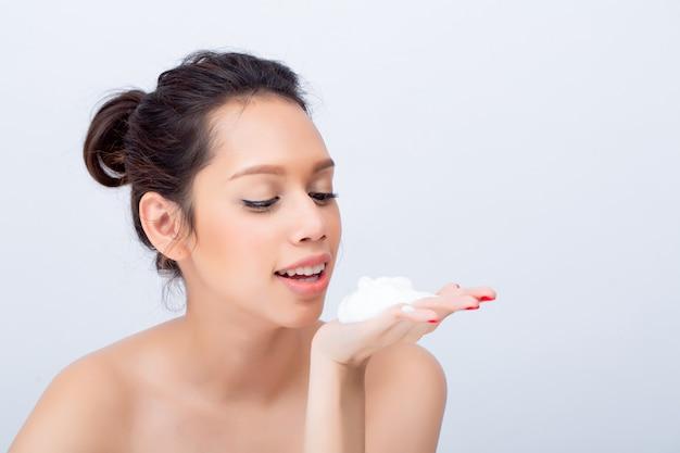 Schließen sie oben vom schönen asiatischen frau v-form gesicht mit reinigungsschaum für hautpflege
