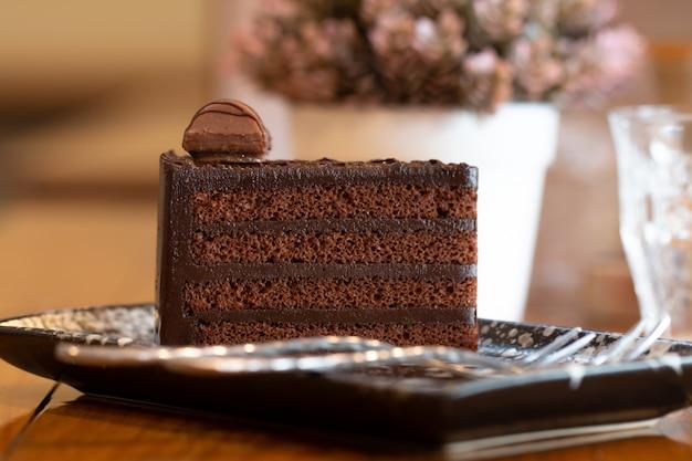 Schließen sie oben vom schokoladenkuchen, der geschnitten wird