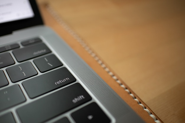 Schließen sie oben vom schwarzen tastaturknopf eines laptops.
