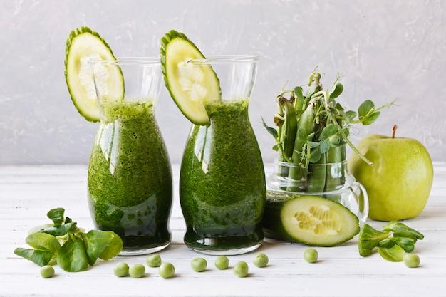 Schließen sie oben vom selbst gemachten grünen smoothie, der vom frischen spinat gebildet wird
