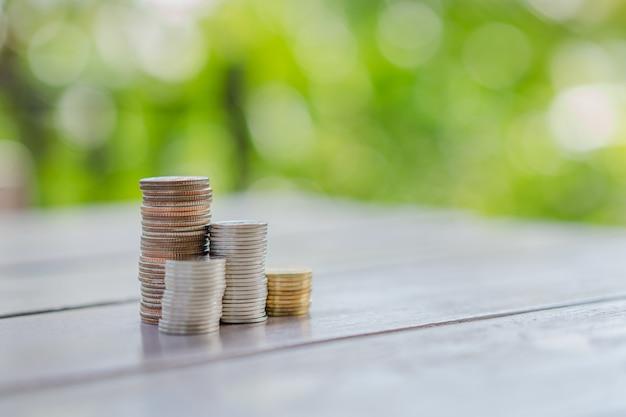 Schließen sie oben vom stapel münzen, geschäft, finanzierung, einsparungen oder managementgeldkonzept.