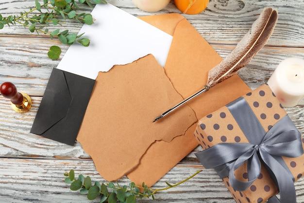 Schließen sie oben vom weihnachtsbriefschreiben auf gelbem papier auf hölzernem hintergrund mit dekorationen