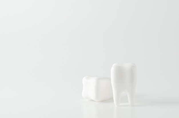 Schließen sie oben vom zahnmedizinischen baumuster der weißen zähne auf weißem hintergrund