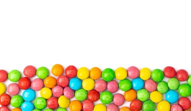 Schließen sie oben von bunten bonbons auf weißer oberfläche mit platz für text