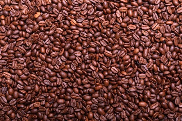 Schließen sie oben von den bildenden röstkaffeebohnen, organischer quadratischer hintergrund