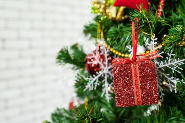 Schließen sie oben von den bunten bällen auf grünem weihnachtsbaum, dekoration während des weihnachten und des neuen jahres.