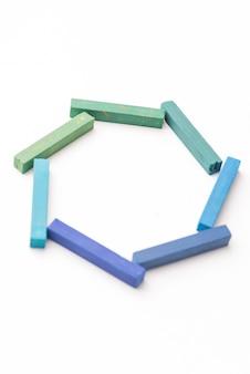 Schließen sie oben von den bunten kreiden in der geometrischen zusammensetzung