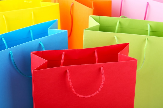 Schließen sie oben von den bunten papiereinkaufstaschen