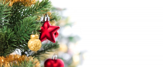 Schließen sie oben von den bunten verzierungen auf weihnachtsbaum, panoramischer fahnenhintergrund