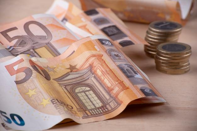Schließen sie oben von den eurobillets und von den stücken münzen