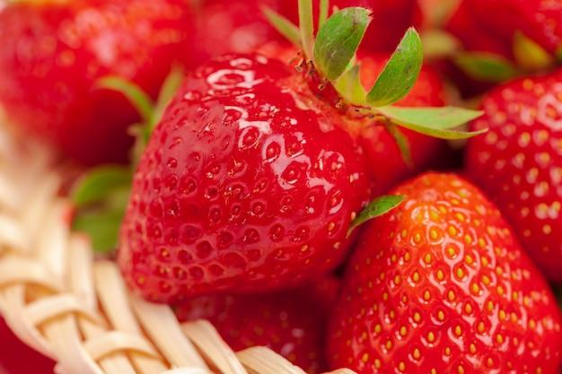 Schließen sie oben von den frischen reifen erdbeerfrüchten