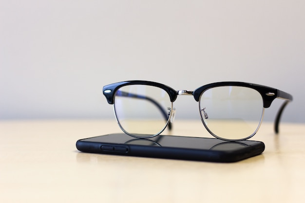 Schließen sie oben von den gläsern auf smartphone