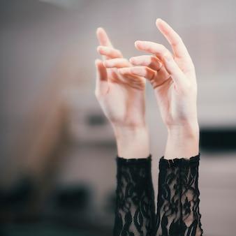 Schließen sie oben von den händen des eleganten tänzers