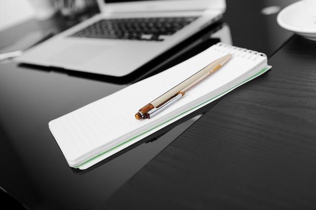 Schließen sie oben von den händen, die auf einem laptop in einer kaffeestube schreiben