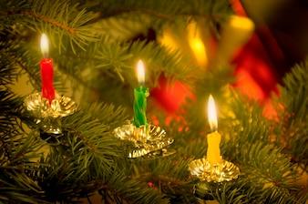Schließen Sie oben von den Kerzen, die auf altmodischem Weihnachtsbaum brennen