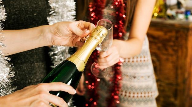 Schließen sie oben von den mädchen mit champagner an der party des neuen jahres