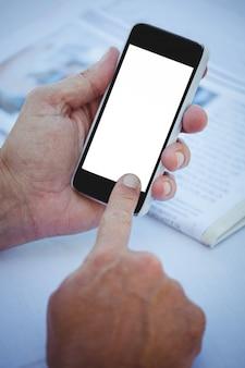 Schließen sie oben von den männlichen händen unter verwendung des smartphone