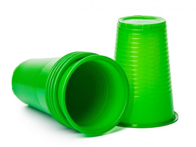 Schließen sie oben von den plastikcup für die getränke, die auf weiß getrennt werden