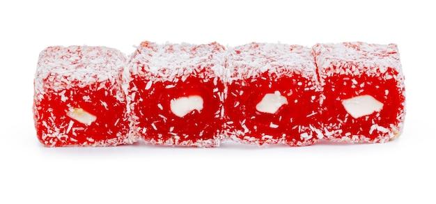 Schließen sie oben von den roten türkischen delight-süßigkeiten, die auf weiß isoliert werden