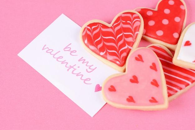 Schließen sie oben von den valentinstagplätzchen mit grußkarte