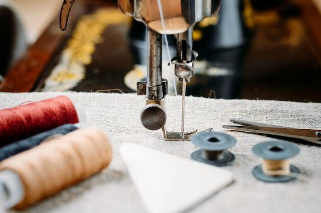 Schließen sie oben von der alten weinlesehandnähmaschine, von den nähenden werkzeugen und vom zubehör