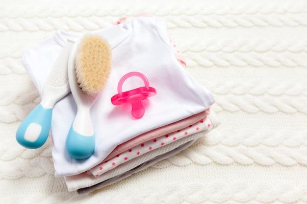 Schließen sie oben von der babykleidung für neugeborenes auf tabelle