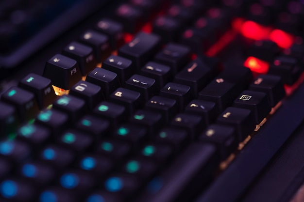 Schließen sie oben von der computer rgb-spieletastatur, die durch farbige led belichtet wird