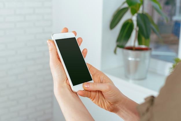 Schließen sie oben von der frau, die auf smartphone simst