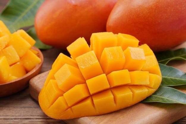 Schließen sie oben von der frisch gehackten mango mit den grünen blättern