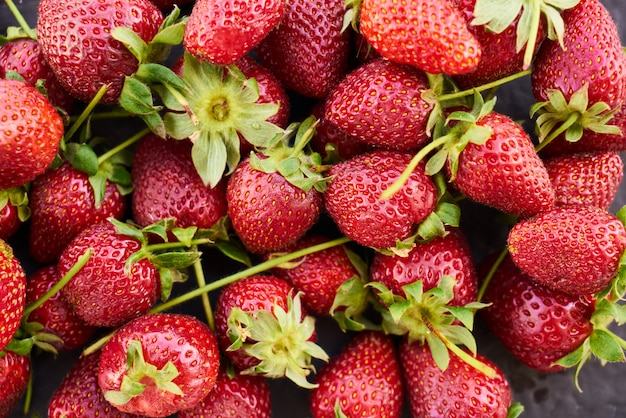 Schließen sie oben von der frischen natürlichen erdbeerfrucht