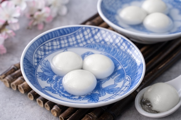 Schließen sie oben von der großen tangyuan yuanxiao für wintersonnenwende festival essen auf grauem tisch hintergrund.