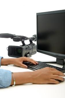 Schließen sie oben von der hand des afrikanerinvideoherausgebers