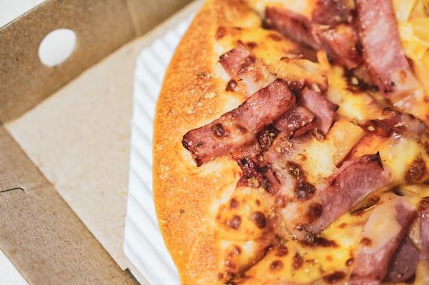 Schließen sie oben von der hawaiianischen pizza mit gekochtem schinken und ananas.