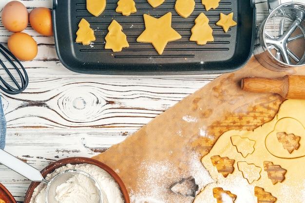 Schließen sie oben von der herstellung des feiertagsweihnachtslebkuchen-plätzchenprozesses