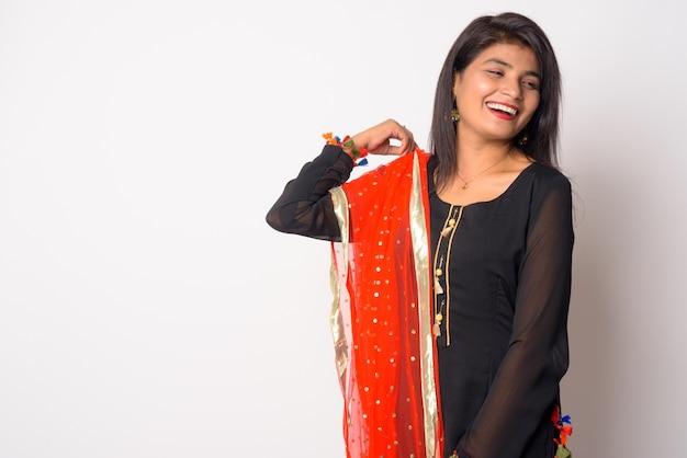Schließen sie oben von der jungen schönen persischen frau, die traditionelle kleidung lokalisiert trägt