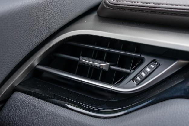 Schließen sie oben von der klimaanlage im auto, automobildetail.