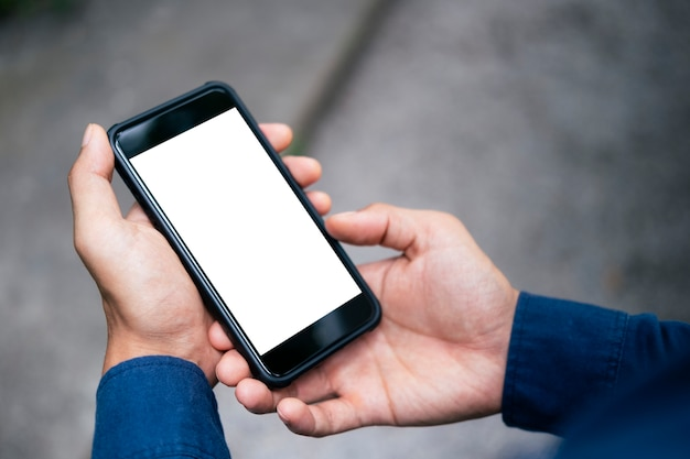 Schließen sie oben von der mannhand, die intelligentes telefon hält.