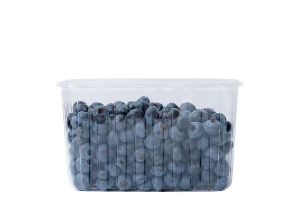 Schließen sie oben von der plastikschale voll von blaubeeren lokalisiert auf weißem hintergrund.