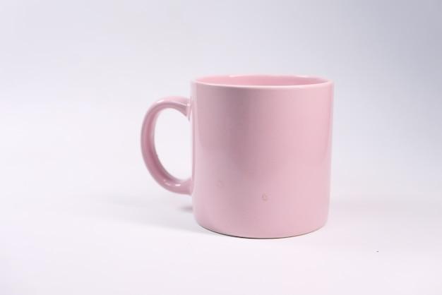 Schließen sie oben von der rosa farbe kaffeetasse auf weißem hintergrund.