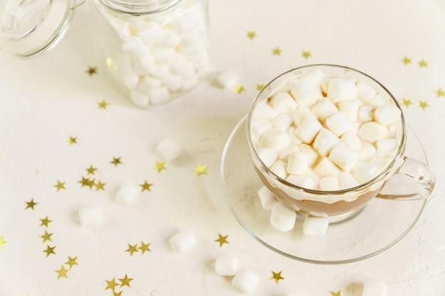 Schließen sie oben von der tasse des heißen köstlichen kakaogetränks mit den marshmallows.