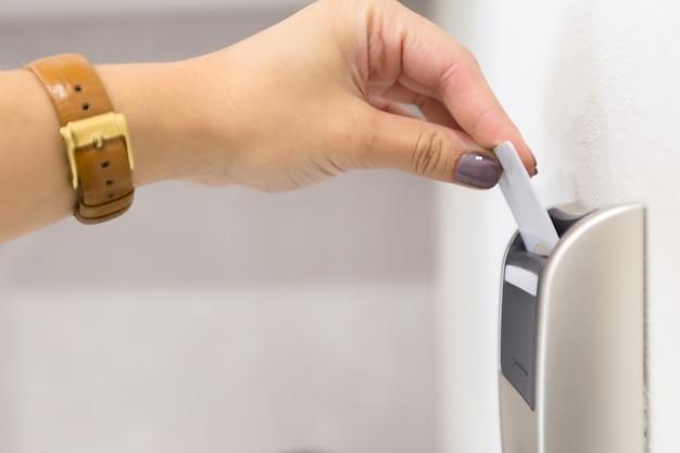 Schließen sie oben von der weiblichen hand, die elektronisches schloss keycard öffnet