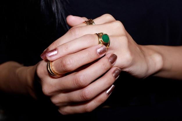 Schließen sie oben von einem eleganten diamantring auf frau finger.liebe und hochzeitskonzept. weicher und selektiver fokus.