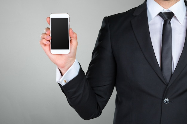 Schließen sie oben von einem geschäftsmann unter verwendung des intelligenten mobiltelefons