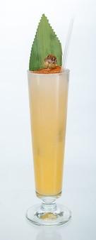 Schließen sie oben von einem glas des tropischen pina colada-cocktails auf weiß mit kopienraum. sommerferienkonzept.